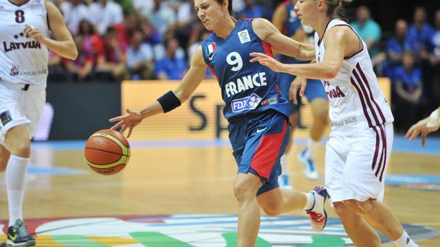 La meneuse de l'équipe de France, Céline Dumerc, lors du match de l'Euro contre la Lettonie, le 15 juin 2013 à Trélazé près d'Angers [Frank Perry / AFP]
