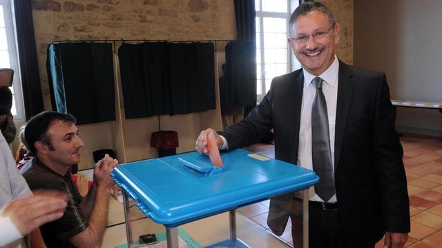 Jean-Louis Costes, candidat UMP, dépose son vote le 16 juin 2013 à Fumel dans le Lot-et-Garonne [Mehdi Fedouach / AFP]