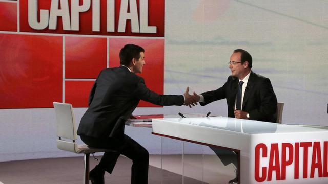 François Hollande serre la main du journaliste de M6 Thomas Sotto le 16 juin 2013 sur le plateau de Capital à Neuilly-sur-Seine [Jacques Demarthon / AFP]