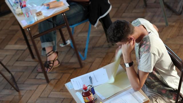 Un élève prend connaissance le 17 juin 2013 au lycée Pasteur à Strasbourg  à la première épreuve du bac, la philosophie [Frederick Florin / AFP]