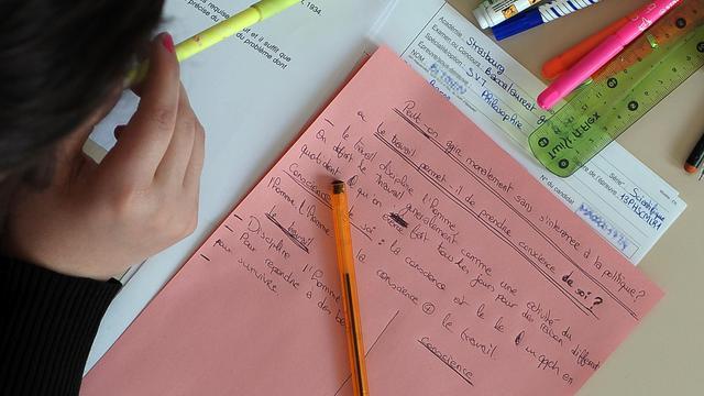 Une lycéenne travaille le 17 juin 2013 sur son épreuve de philosophie du bac [Frederick Florin / AFP]