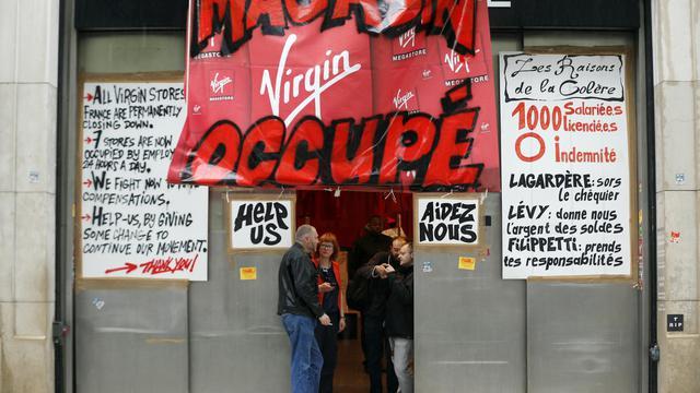 Des salariés de Virgin occupent le magasin des Champs-Elysées, à Paris, le 17 juin 2013 [Francois Guillot / AFP]