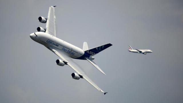 Un Airbus A380 (G) en vol au-dessus de l'aéroport du Bourget, le 17 juin 2013 [Eric Feferberg / AFP]