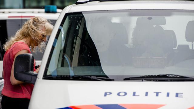 La veuve de  Richard van Nieuwenhuizen, un arbitre battu à mort à l'issue d'une rencontre de football amateur, le 17 juin 2013 à Lelystad aux Pays-Bas [Robin van Lonkhuijsen / ANP/AFP]