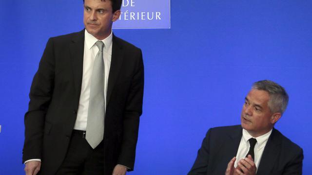 Le ministre de l'Intérieur Manuel Valls (g) et le nouveau patron de la Direction générale de la sécurité intérieure (DGSI), Patrick Calvar, le 17 juin 2013 à Paris [Jacques Demarthon / AFP]