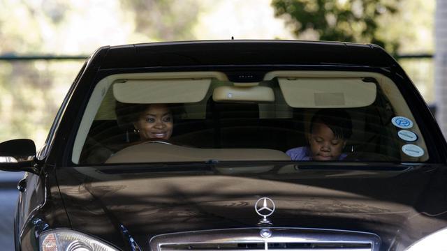 Josina Machel, fille de Graça Machel, l'épouse de Nelson Mandela, sourit alors qu'elle quitte l'hôpital de Pretoria , le 17 juin 2013 [Alexander Joe / AFP]