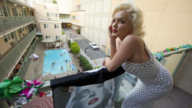 La piscine d'un hôtel niché dans les collines d'Hollywood, 200 amis venus du monde entier, un tourtereau qui demande sa fiancée en mariage... Rien d'original, à Los Angeles. Sauf quand l'heureuse élue et la moitié de l'assemblée ressemblent à s'y méprendre à Marilyn Monroe.[AFP]