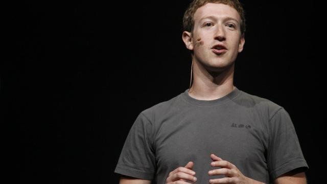 """Le PDG de Facebook, Mark Zuckerberg, a reconnu mardi que le plongeon de l'action du réseau social était """"décevant"""", et promis de gagner à l'avenir plus d'argent sur les mobiles, lors de sa première intervention publique depuis l'entrée en Bourse du groupe en mai. [AFP]"""