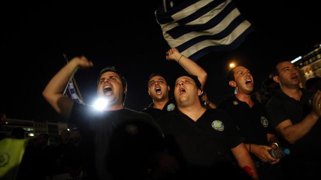 Le Produit intérieur brut (PIB) grec a chuté de 6,3% au deuxième trimestre 2012 sur un an, après un recul de 6,5% au premier trimestre, selon les données révisées annoncées vendredi par l'Autorité des statistiques grecques (Ase). [AFP]