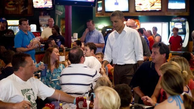 Le président américain Barack Obama a provoqué des rires samedi dans un restaurant bondé à Orlando (Floride, sud) lorsqu'il a demandé sur le ton de la plaisanterie à un garçon né comme lui à Hawaï s'il avait un certificat de naissance. [AFP]