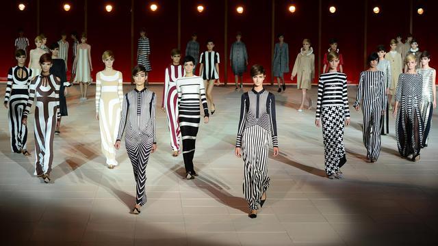 Loin de la délicatesse et des dentelles romantiques vues à la Fashion Week de New York cette semaine, Marc Jacobs a revisité les années 60 avec des lunettes grossissantes révélant de larges bandes verticales noir et blanc, très années 60 et un rien hypnotisantes. [AFP]