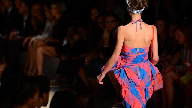 """La femme de la Semaine de la mode (Fashion Week) new-yorkaise était mardi prête à l'aventure et au voyage, parée d'un foulard de type keffieh chez Marc Jacobs, d'une robe bustier médiévale chez Rodarte, et écoutant le """"King of Bongo"""" de Manu Chao chez Tory Burch. [AFP]"""