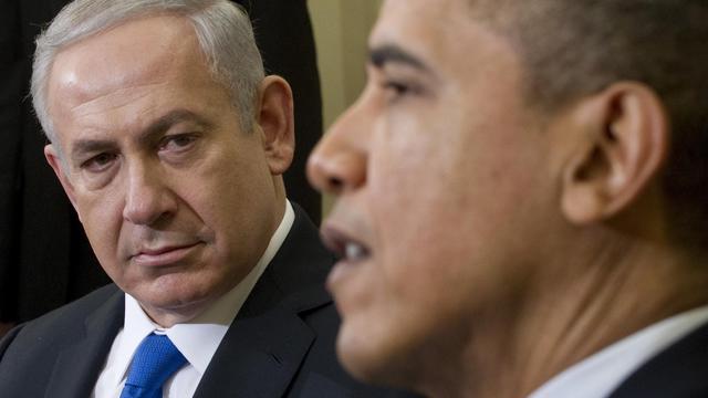 """Barack Obama et Benjamin Netanyahu sont """"unis"""" face à l'Iran dans le dossier nucléaire, a affirmé mardi soir la Maison Blanche à l'issue d'une journée fertile en signes de discorde, dont la révélation que les deux dirigeants ne se verraient pas à l'ONU en fin de mois. [AFP]"""