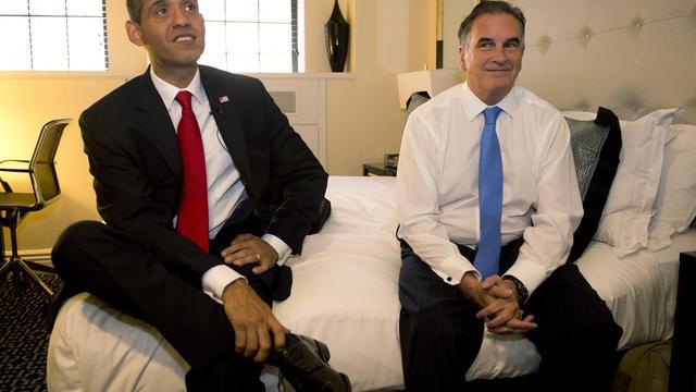 Luis Ortiz, sosie de Barack Obama (g), et Mike Cote, sosie de Mitt Romney, le 11 septembre 2012 dans un hôtel à New York [Don Emmert / AFP]