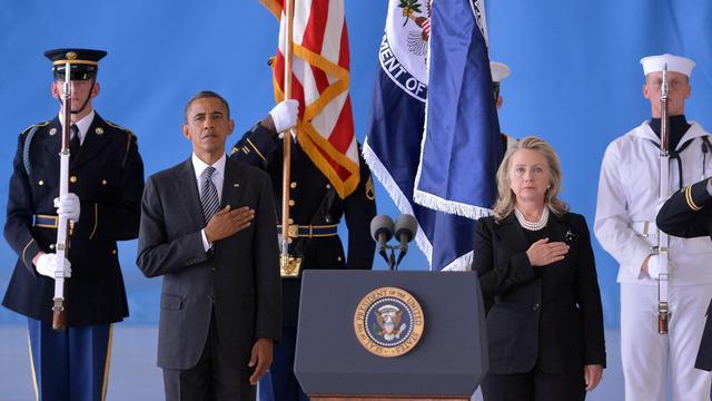 Le président américain Barack Obama (g) et la secrétaire d'Etat Hillary Clinton (d) écoutent l'hymne américain le 14 septembre 2012 à la base Andrews dans le Maryland [Jewel Samad / AFP]