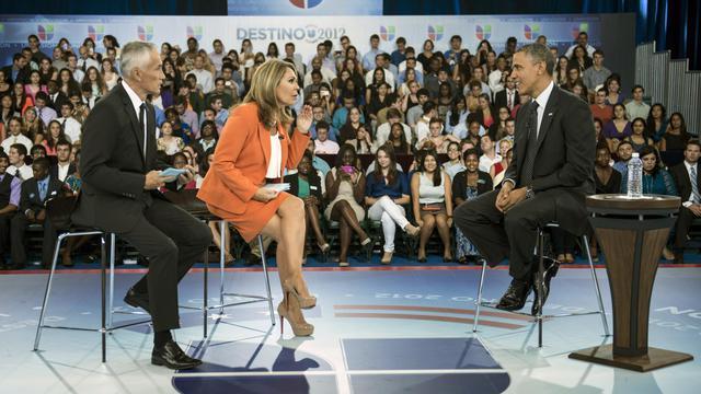 Le président Barack Obama (d) sur le plateau de la chaîne de télévision Univision, le 20 septembre 2012 en Floride [Brendan Smialowski / AFP]
