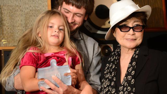 L'artiste Yoko Ono accompagnée de Pyotr Verzilov (c) et Gera, mari et fille de Nadia Tolokonnikova, une des trois Pussy Riot incarcérées en Russie [Emmanuel Dunand / AFP]