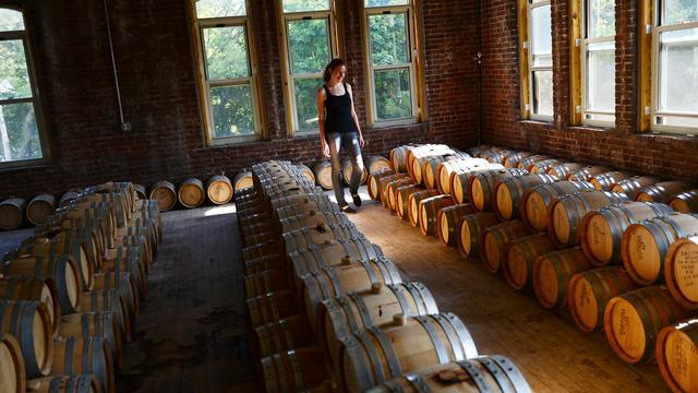 Nicole Austin, jeune chimiste à la distillerie Kings County, à New York, le 22 septembre 2012 [Emmanuel Dunand / AFP]