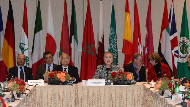 """Le secrétaire d'Etat américaine Hillary Clinton (C) lors d'une réunion du groupe des """"Amis du peuple syrien"""" en marge de l'Assemblée générale de l'ONU à New York, le 28 septembre 2012 [Emmanuel Dunand / AFP]"""
