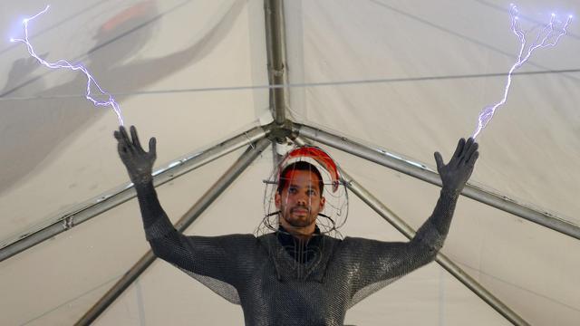 Le magicien et cascadeur américain David Blaine se prépare à affronter une tempête d'un million de volts, le 2 octobre 2012. [Emmanuel Dunand / AFP]