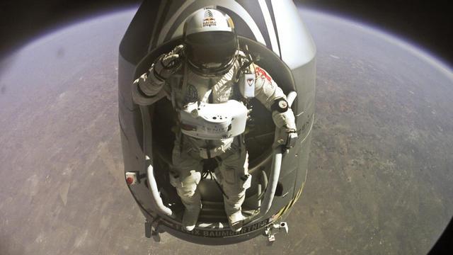 Felix Baumgartner sautant de sa capsule, à une altitude de 39km de la terre, le 14 octobre 2012 [ / www.redbullcontentpool.com /AFP/Archives]