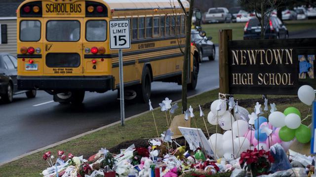 Un bus scolaire transporte des enfants vers leurs écoles à Newtown (Connecticut) quatre jours après la tuerie de celle de Sandy Hook, le 18 décembre 2012 [Brendan Smialowski / AFP]