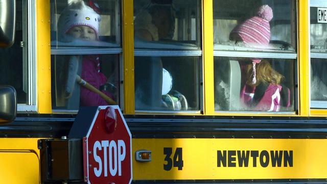 Des élèves de l'école Sandy Hook à Newtown dans le Connectictut prennent le bus scolaire pour aller dans leur nouvel établissement, le 3 janvier 2013 [Timothy A. Clary / AFP]
