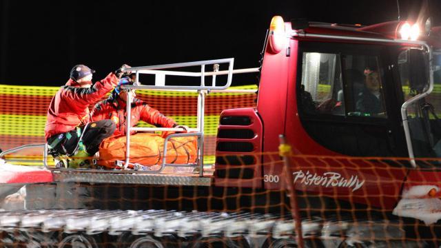 Les secouristes évacuent le corps d'une des victimes d'un accident de motoneige au Mont Cermis en Italie, le 5 janvier 2013 [Giuseppe Cacace / AFP]