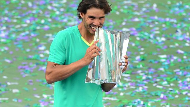 Rafael Nadal tient le trophée du tournoi d'Indian Wells, en Californie, le 17 mars 2013 [Frederic J. Brown / AFP]