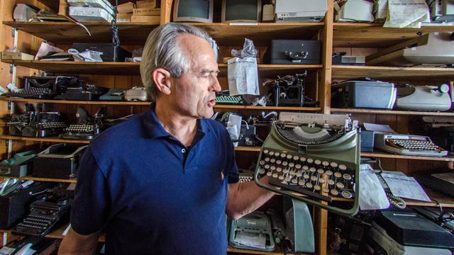 Ermanno Marzorati présente l'une de ses machines à écrire à Los Angeles, le 3 mai 2013 [Joe Klamar / AFP]