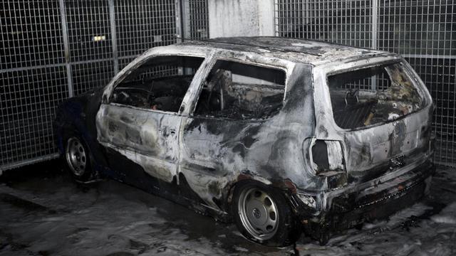 Une voiture incendiée le 24 mai 2013 dans la banlieue de Stockholm [Jonathan Nackstrand / AFP]