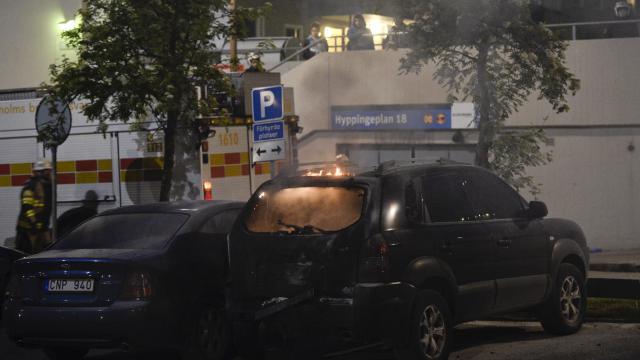 Voiture incendiée le 25 mai 2013 dans la banlieue de Stockholm [Jonathan Nackstrand / AFP]