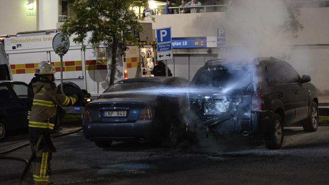 Des pompiers éteignent des incendies de véhicules après des incidents dans la banlieue de Stockholm, à Tensta, le 24 mai 2013 [Jonathan Nackstrand / AFP/Archives]