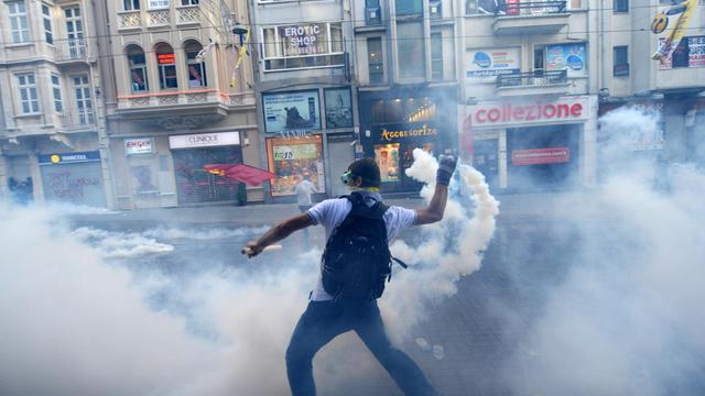 Un manifestant contre le gouvernement menace d'un gaz lacrymogènes, le 1er juin 2013 à Istanbul [Bulent Kilic / AFP]