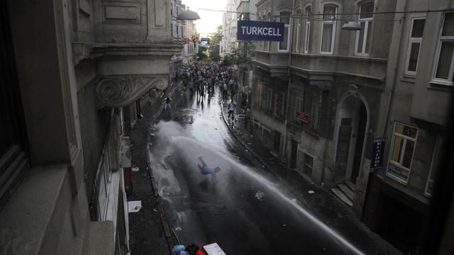 Des manifestants se heurtent à des policiers turcs, le 31 mai 2013 à Istanbul en marge d'une protestation contre le gouvernement [Gurcan Ozturk / AFP]
