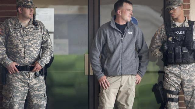 Des policiers devant le tribunal où est jugé Bradley Manning, à Fort Meade, dans le Maryland, le 3 juin 2013 [Brendan Smialowski / AFP]