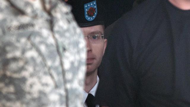 Bradley Manning (c) est escorté à sa sortie de la cour martiale, le 3 juin 2013 à Fort Meade [Brendan Smialowski / AFP]