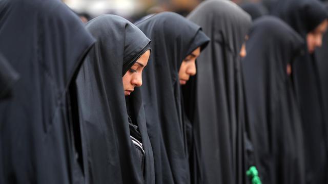 Des femmes chiites prient près du  mausolée de l'imam Moussa al-Kadhim, à Bagdad, le 4 juin 2013 [Ahmad al-Rubaye / AFP]