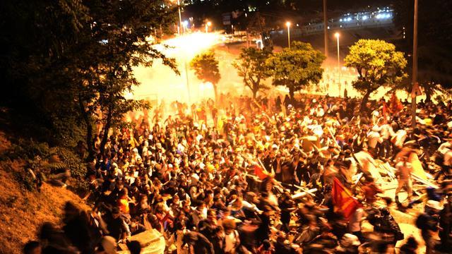 Des manifestants défilent dans les rues d'Istanbul, le 5 juin 2013 [Bulent Kilic / AFP]