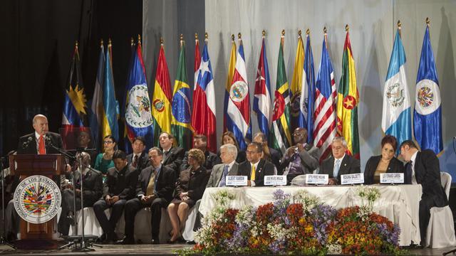 Le secrétaire général de l'Organisation des Etats américains, José Miguel Insulza (G), s'exprime à l'ouverture de l'AG de l'organisation, le 4 juin 2013 à Antigua, au Guatemala [ / AFP]