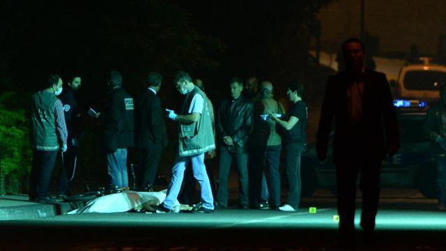 Des policiers enquêtent à Marseille le 6 juin 2013 après le meurtre par balles d'un homme de 49 ans dans les quartiers Nord [Anne-Christine Poujoulat / AFP]