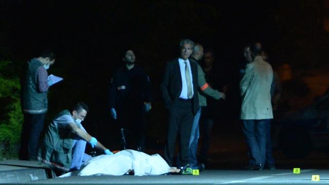 Des policiers enquêtent à Marseille le 6 juin 2013 après le meurtre par balles d'un homme de 49 ans [Anne-Christine Poujoulat / AFP]