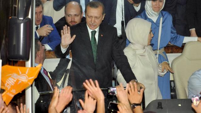 Le Premier ministre turc Recep Tayyip Erdogan ovationné à l'aéroport international Ataturk d'Istanbul le 7 juin 2013 [Ozan Kose / AFP]