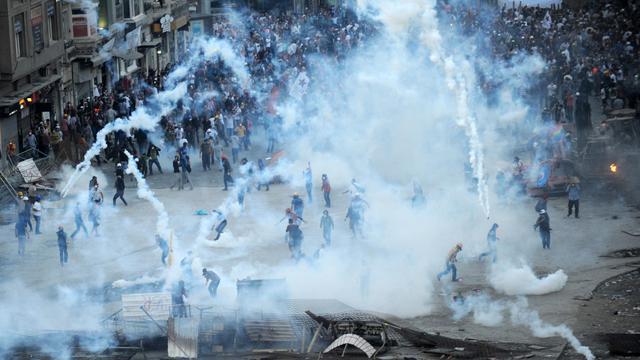 Incidents entre manifestants et forces de l'ordre le 11 juin 2013 place  Taksim à Istanbul [Bulent Kilic / AFP]