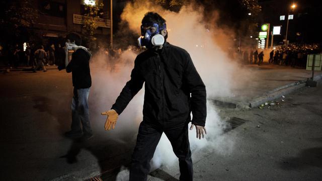 Un manifestatant sous le tir de gaz lacrymogènes, à Ankara le 13 juin 2013 [Marco Longari / AFP]