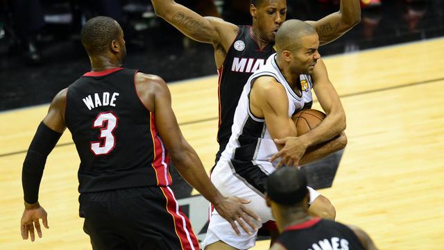 Tony Parker (c) des San Antonio Spurs essaie de passer Dwayne Wade et Mario Chalmers de Miami Heat le 16 juin 2013 à San Antonio [Frederic J. Brown / AFP]