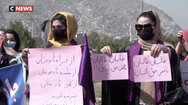 En attendant, certaines étudiantes afghanes manifestent dans les rues de Kaboul, pour défendre leurs droits.