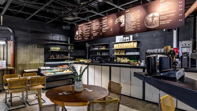 Les travailleurs aux alentours peuvent commencer la journée avec viennoiseries, thés, cafés et jus frais au coffee-shop-disquaire.