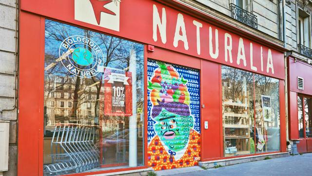 Les créations de Kashink et de Stew sont visibles sur les rideaux de fer de dix magasins.