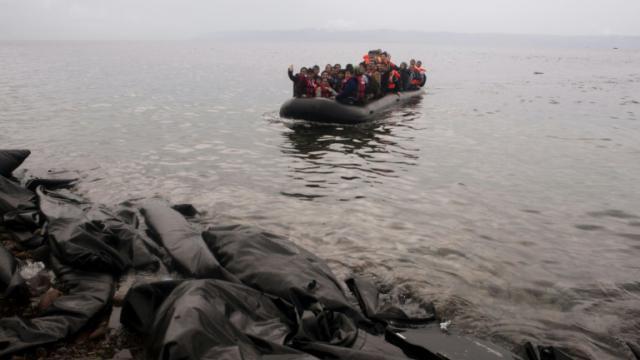 Des migrants sur une embarcation à Mytilène en Grèce le 23 septembre 2015 [Iakovos Hatzistavrou / AFP/Archives]